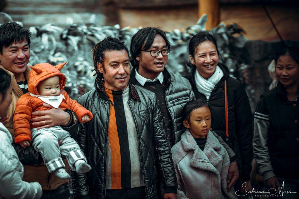 Askar Obulqasim, met gestreepte trui, ©Sabrina Maes, Kunming